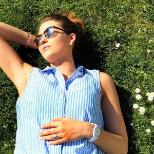 Piel sana en primavera, mujer tomando el sol, flores