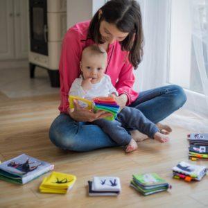 Madre con un niño jugando Los productos de limpieza y la salud de los niños